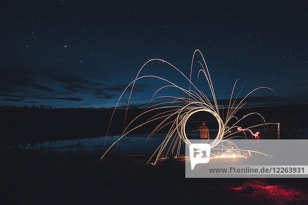 Kanada  Britisch-Kolumbien  Mann Lichtmalerei am Duhu-See bei Nacht