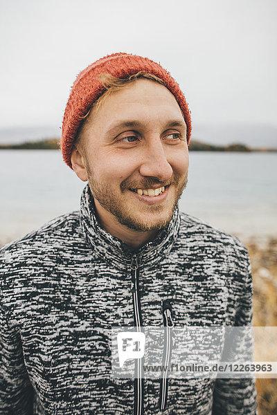 Kanada  British Columbia  Porträt eines lächelnden Mannes am Boya Lake