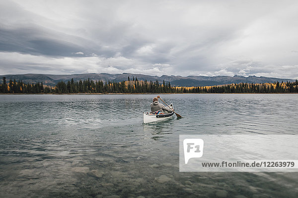 Kanada  British Columbia  Mann im Kanu auf dem Boya Lake