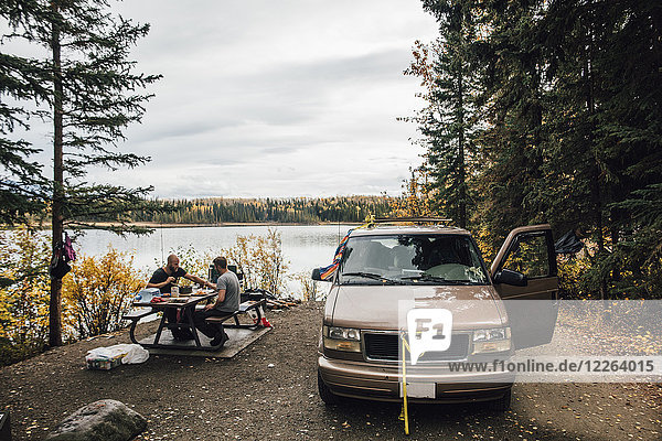 Kanada  British Columbia  Freunde mit Minivan am Boya Lake