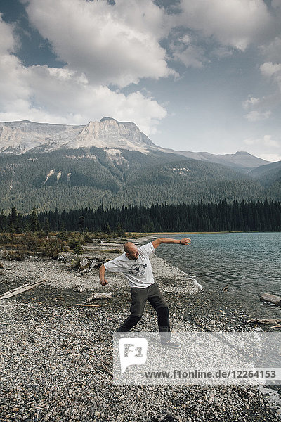 Kanada  British Columbia  Yoho National Park  Mann springt Steine am Emerald Lake