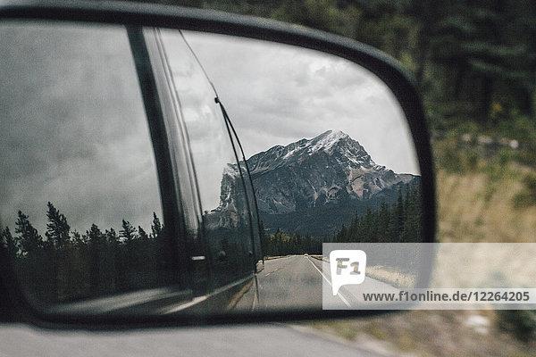Kanada  Alberta  Banff National Park  Rocky Mountains  Icefields Parkway  gespiegelt im Außenspiegel