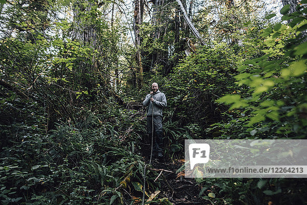 Kanada  British Columbia  Vancouver Island  Porträt eines lächelnden Mannes am Cape Scott Trail