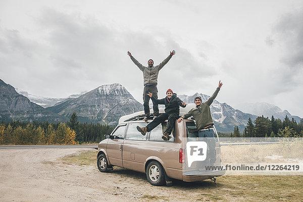 Kanada  Alberta  Banff National Park  glückliche Freunde mit Minivan am Icefields Parkway