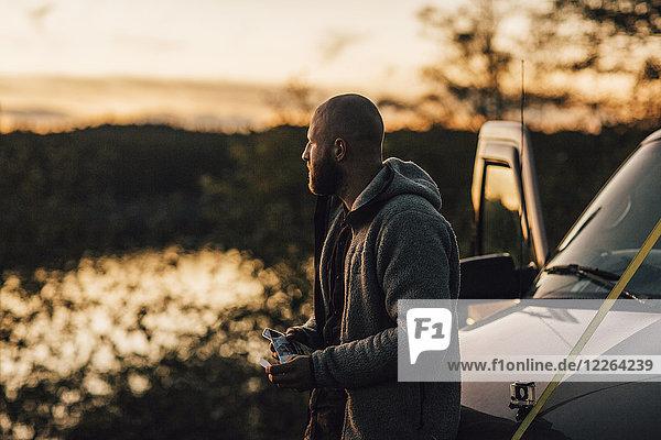 Kanada  British Columbia  Port Edward  Mann im Minivan bei Sonnenuntergang