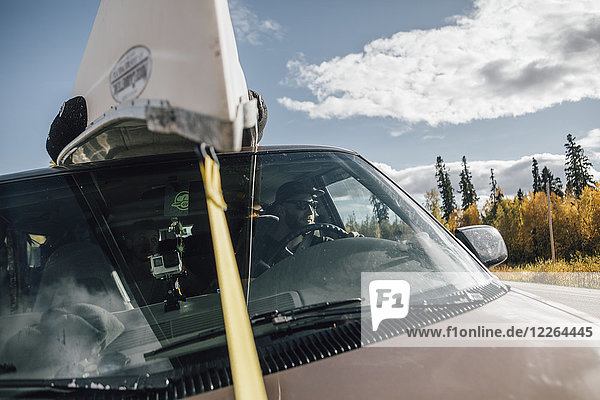 Kanada  British Columbia  Mann mit Kanu auf dem Dach des Minivans