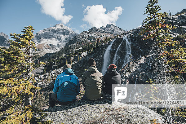 Kanada  British Columbia  Glacier National Park  drei Wanderer ruhen am Sir Donald Trail