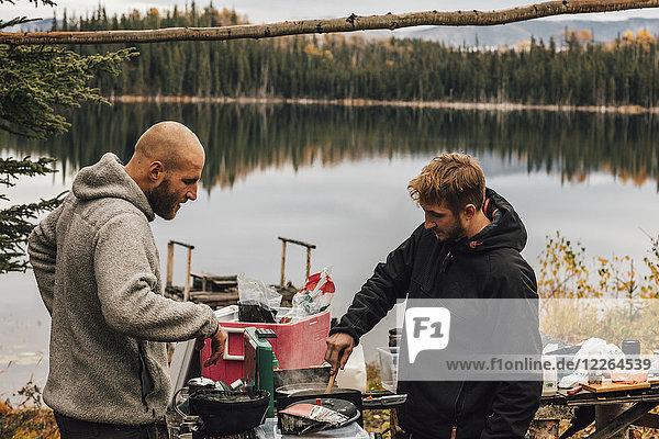 Kanada  British Columbia  zwei Männer beim Kochen am Blue Lake