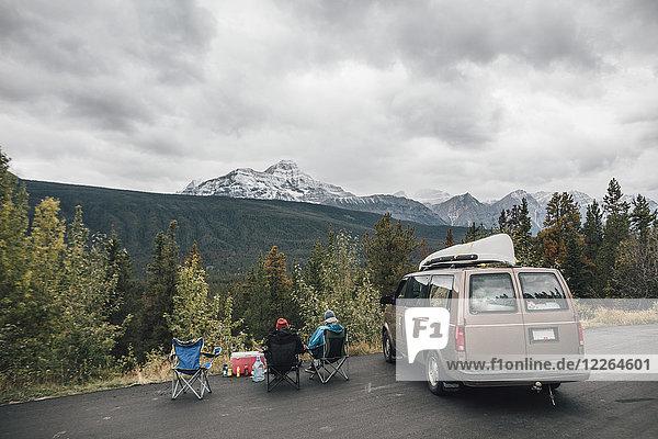 Kanada  Alberta  Banff National Park  Freunde mit Minivan  die sich am Icefields Parkway ausruhen.