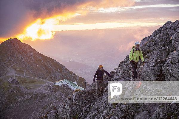 Österreich  Tirol  Innsbruck  Bergsteiger bei Nordkette Klettersteig bei Sonnenaufgang
