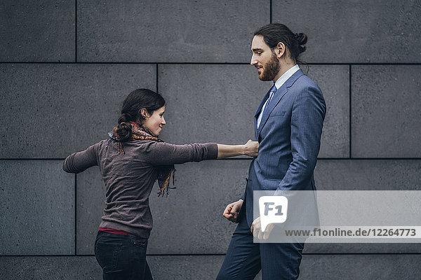 Geschäftsmann und Frau im Kampf