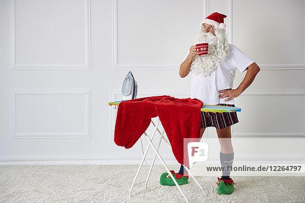 Weihnachtsmann bei einer Kaffeepause