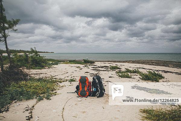 Kuba  Puerto Padre  Bahia de Malagueta  Zwei verlassene Rucksäcke am Strand