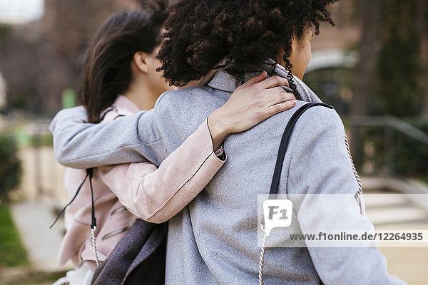 Spanien  Barcelona  zwei Frauen im Stadtpark umarmend