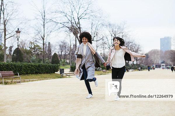 Spanien  Barcelona  zwei ausgelassene Frauen im Stadtpark