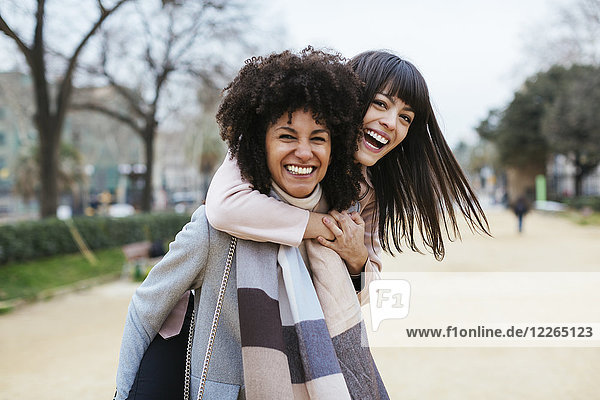 Spanien  Barcelona  Portrait von zwei überschwänglichen Frauen im Stadtpark