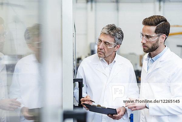 Ingenieure prüfen eine Maschine