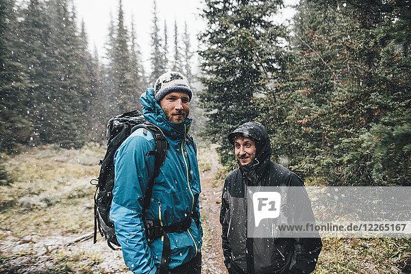 Kanada  British Columbia  Yoho Nationalpark  Porträt von zwei lächelnden Wanderern im Schneefall