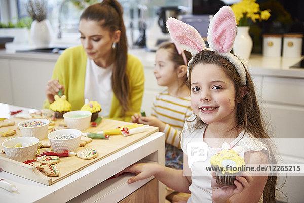 Porträt des lächelnden Mädchens mit Osterkuchen in der Küche