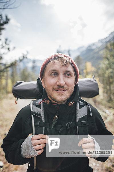 Kanada  British Columbia  Mount Robson Provincial Park  Portrait eines lächelnden Wanderers