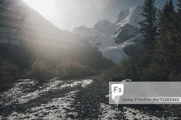 Kanada  British Columbia  Mount Robson Provincial Park  Mann mit Zelt am Berg Glacier