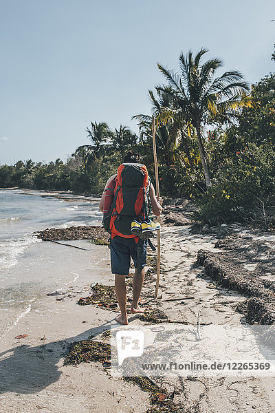 Kuba  Cienaga de Zapata  Backpacker am Strand  Rückansicht