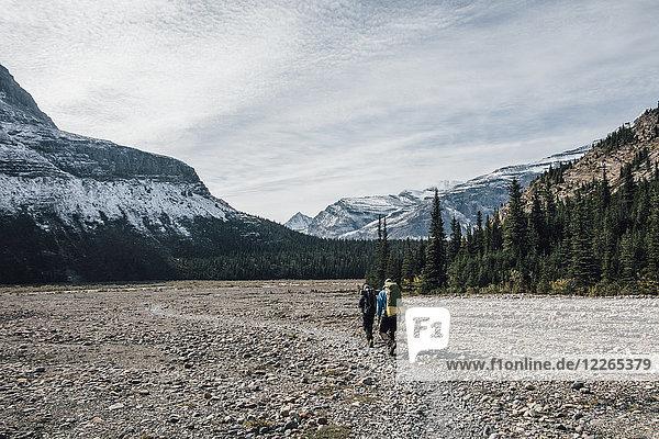 Kanada  British Columbia  Mount Robson Provincial Park  zwei Männer beim Wandern auf dem Berg Lake Trail