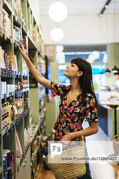 Kunde sucht Produkt im Regal in einem Geschäft