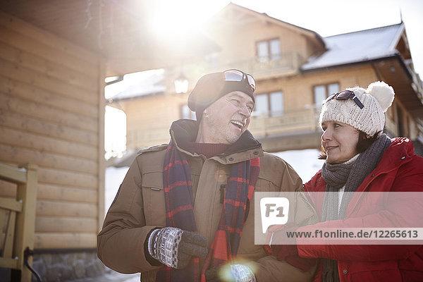 Glückliches reifes Paar im Bergdorf im Winter
