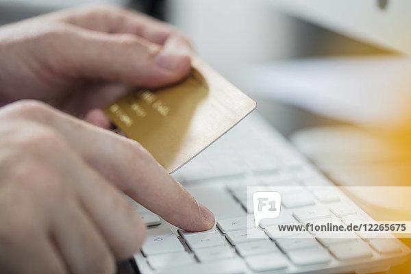 Mann  der online mit Kreditkarte bezahlt  Nahaufnahme