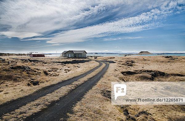 Island  Myvatn  Wohnhäuser am See