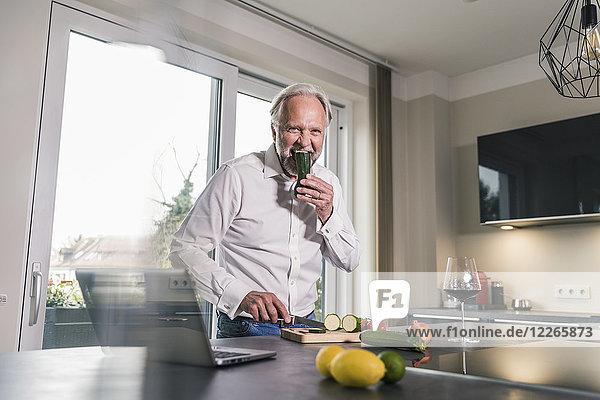 Funny reifen Mann essen rohe Cougette in der Küche