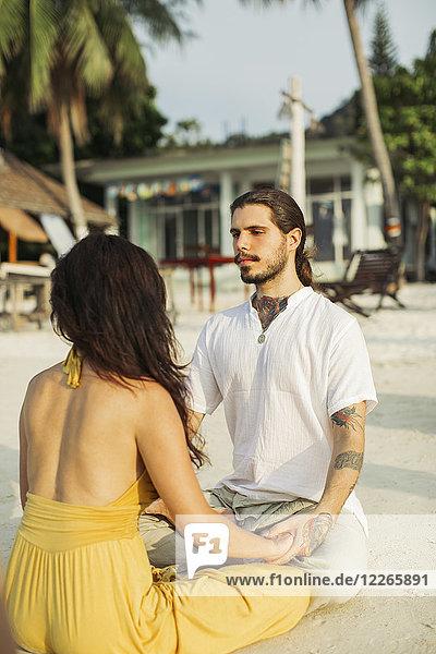 Thailand  Koh Phangan  Paar übt Augenbeobachtung
