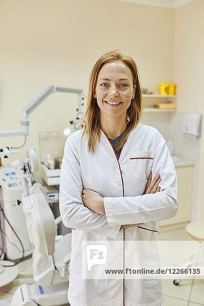 Porträt einer selbstbewussten Ärztin in der Praxis