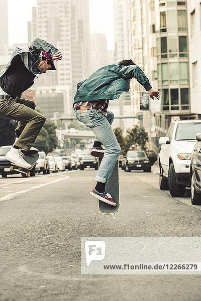USA  Kalifornien  San Francisco  zwei junge Männer beim Skaten auf der Straße