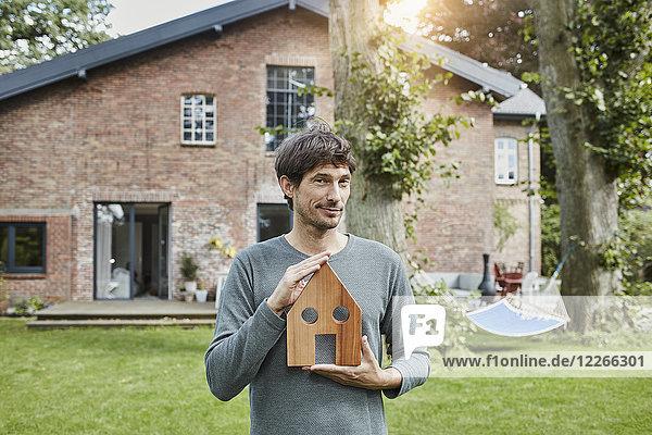 Porträt des Mannes im Garten seines Hauses Modell