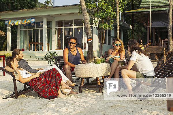 Thailand  Koh Phangan  Freunde haben Spaß in einem Cafe am Strand