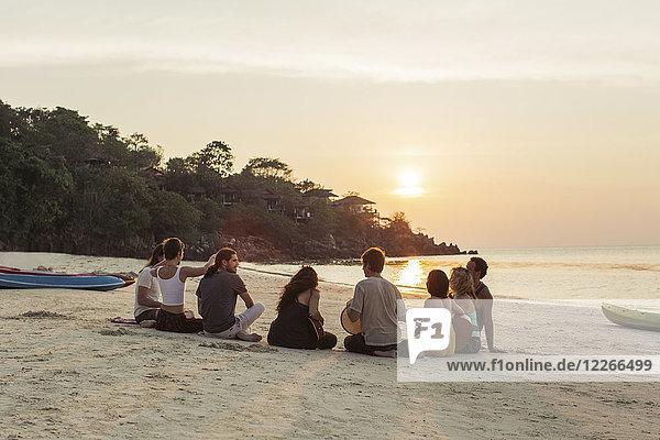 Thailand  Koh Phangan  Strandgruppe mit Gitarre bei Sonnenuntergang