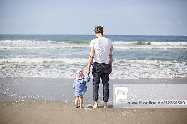 Niederlande  Renesse  Vater und Tochter am Strand stehend