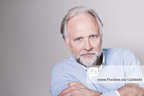 Porträt eines ernsthaft reifen Mannes vor grauem Hintergrund