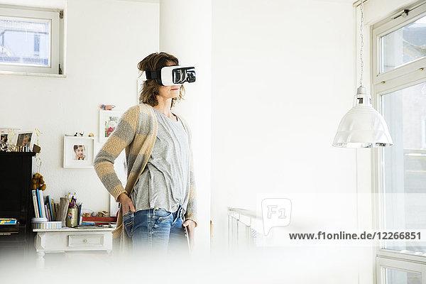Frau mit VR-Brille zu Hause