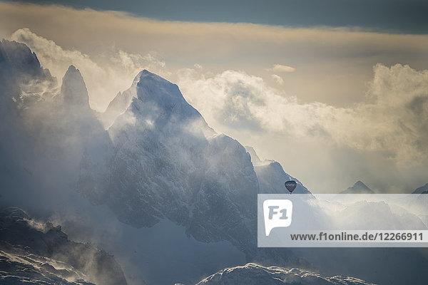 Österreich  Salzkammergut  Heißluftballon über dem Dachsteinmassiv