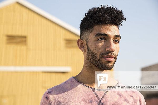 Porträt eines stilvollen jungen Mannes im Freien