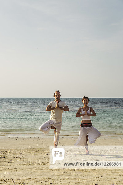Thailand  Koh Phangan  Paar beim Yoga am Strand