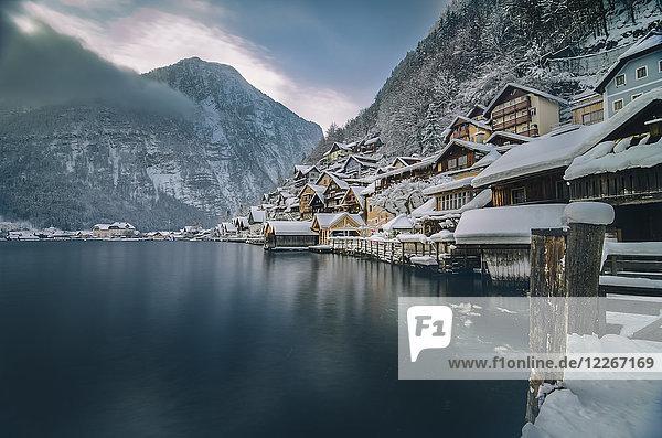Österreich  Salzkammergut  Hallstatt mit Hallstätter See im Winter