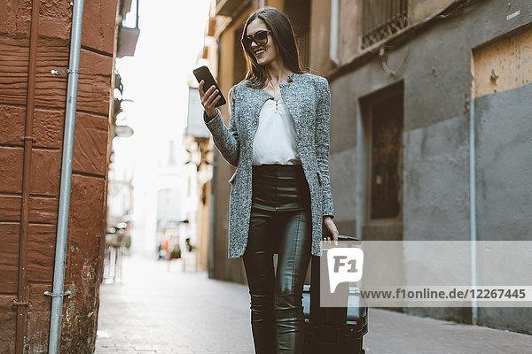 Junge Geschäftsfrau in der Stadt überprüft Handy
