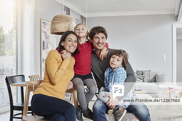 Porträt einer glücklichen Familie mit zwei Kindern zu Hause