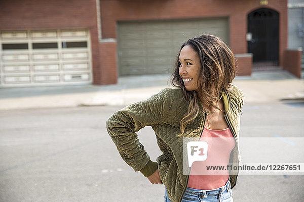 Glückliche junge Frau auf der Straße
