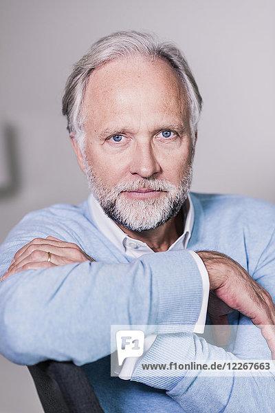 Porträt eines ernsthaft reifen Mannes mit blauen Augen und grauen Haaren