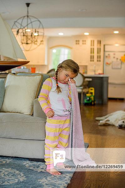 Mädchen mit Komfortdecke im Wohnzimmer zur Schlafenszeit  Portrait